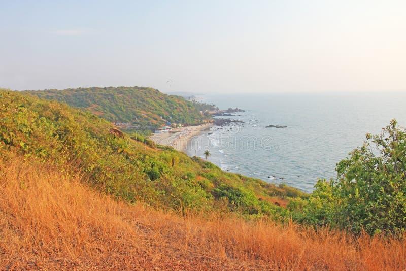 海滩的人们 从海滩Vagator, Ind的顶端看法 免版税库存照片