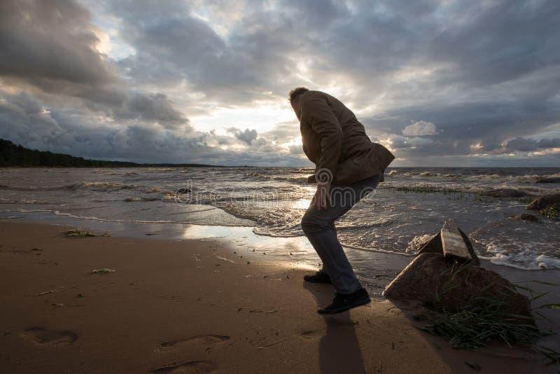 海滩的人在日落 免版税图库摄影