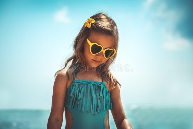 海滩的俏丽的女孩 免版税库存图片