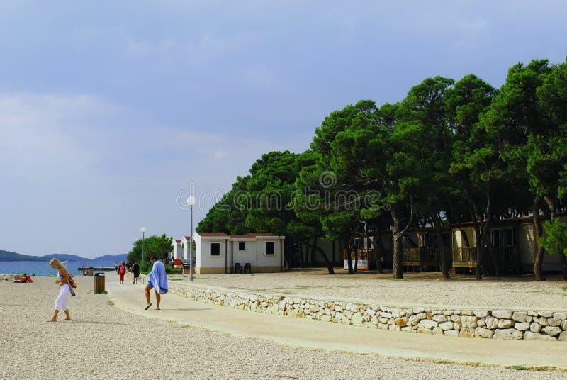 海滩的假日游客在克罗地亚 免版税库存照片
