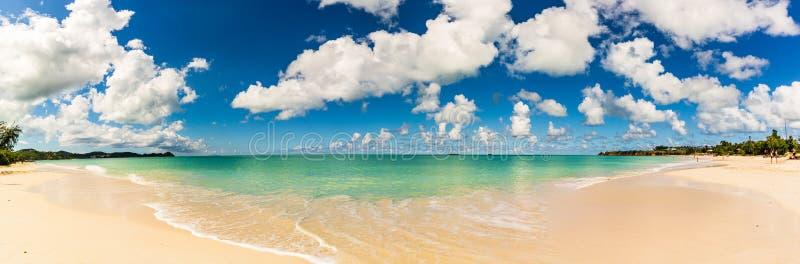海滩的全景在圣约翰的,安提瓜和巴布达,位于西印度群岛的国家在加勒比海 免版税库存图片