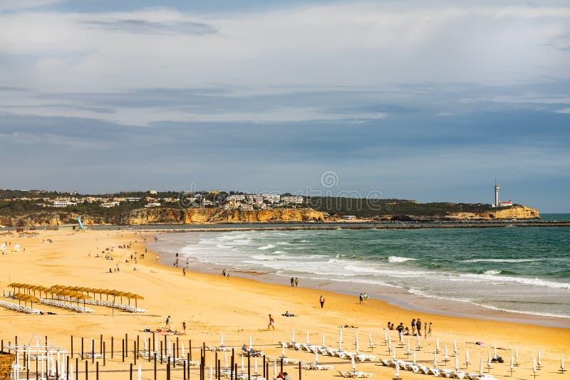 海滩的全景海岸视图在波尔蒂芒,葡萄牙 阿尔加威地区 库存图片