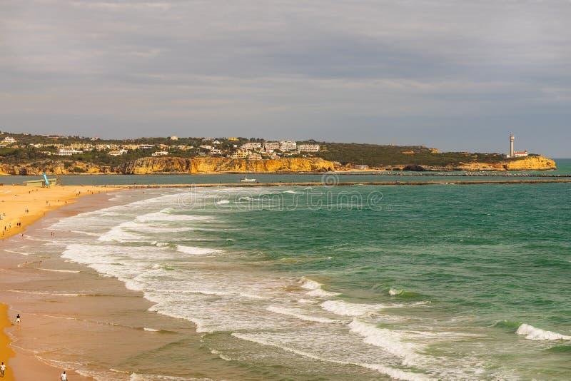 海滩的全景海岸视图在波尔蒂芒,葡萄牙 阿尔加威地区 图库摄影
