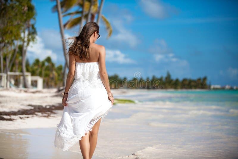 海滩的典雅的性感的女性 免版税库存图片