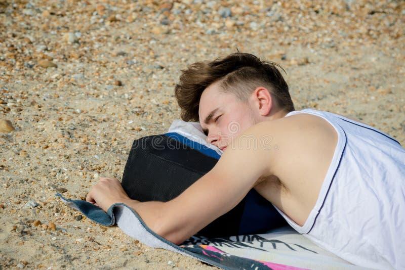 海滩的十几岁的男孩 免版税库存图片