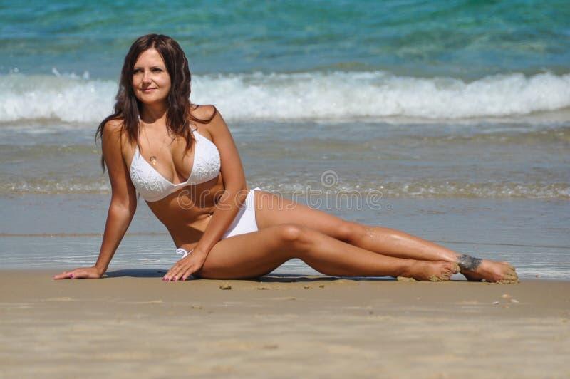 海滩的可爱的妇女在以色列 免版税图库摄影