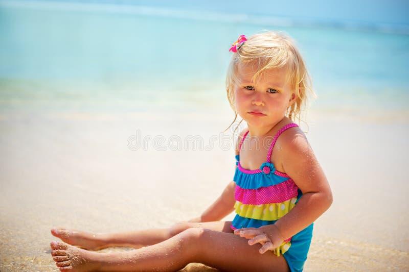 海滩的可爱的小女孩 免版税库存照片