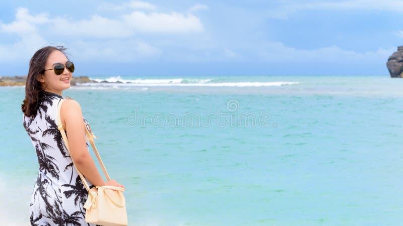 海滩的妇女游人在泰国 免版税图库摄影