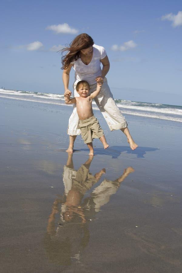 海滩的妈妈和儿子 库存照片