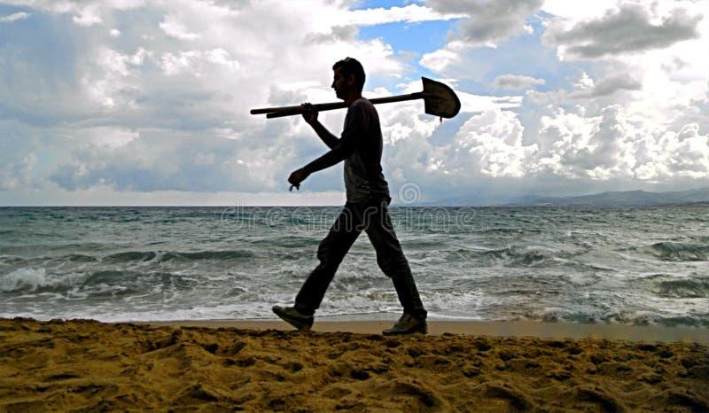 海滩的工人 免版税库存照片