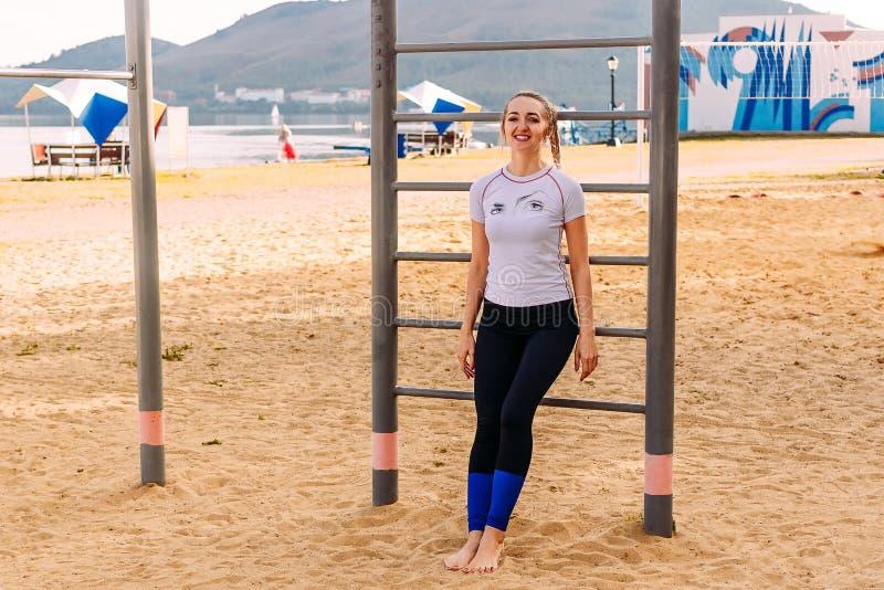 海滩的年轻体育妇女 免版税库存照片