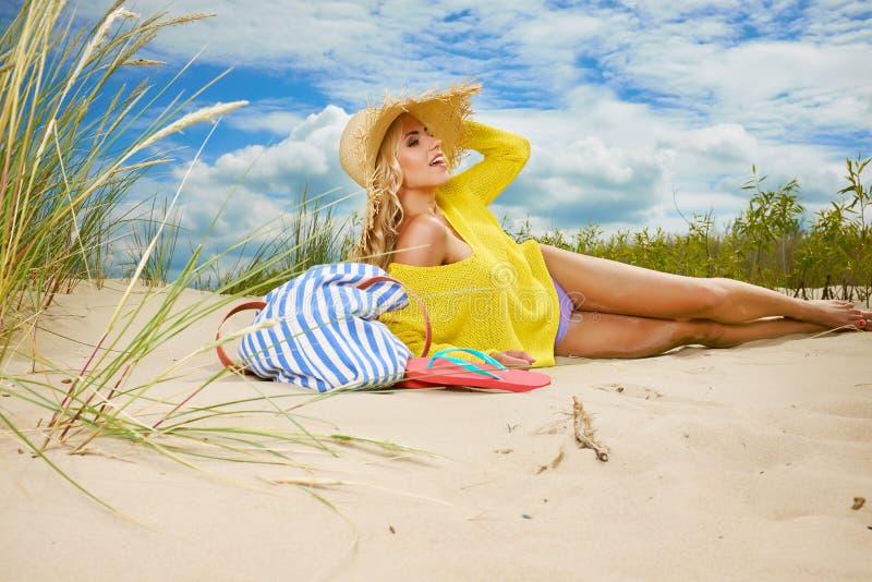 海滩的性感的白肤金发的女孩 免版税库存图片