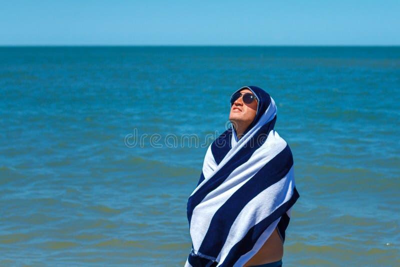 海滩的愉快的人享受休息和假期的概念的自由 免版税库存照片