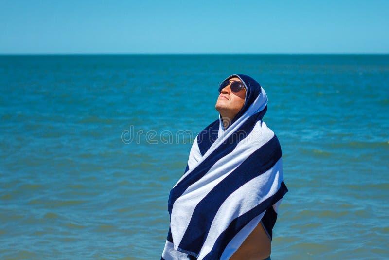 海滩的愉快的人享受休息和假期的概念的自由 库存照片