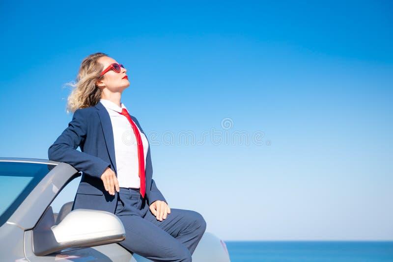 海滩的成功的年轻女实业家 免版税库存照片
