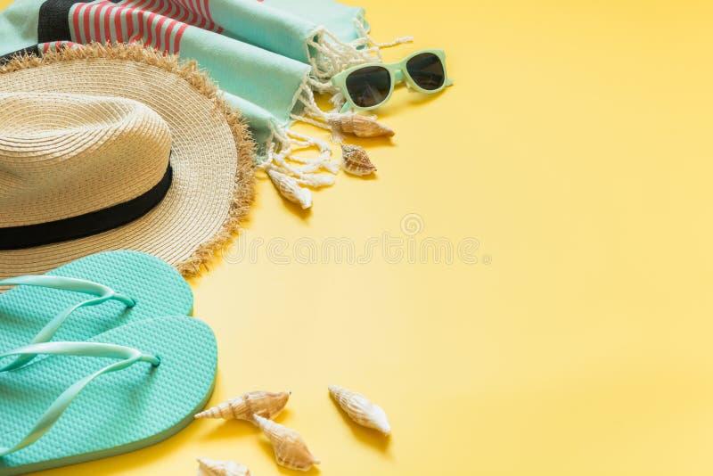 海滩的成套装备和夏天热带假期,秸杆sunhat,在黄色的太阳镜 免版税图库摄影