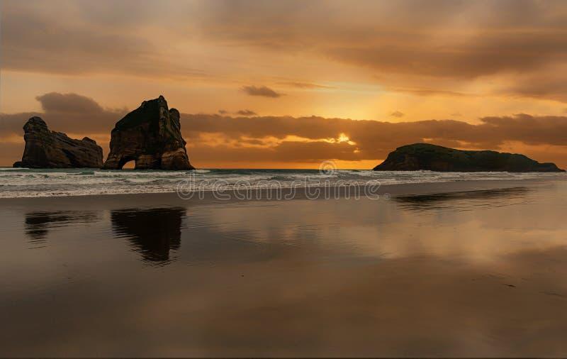 海滩的拱道海岛在Wharariki在纳尔逊附近靠岸,新 库存照片