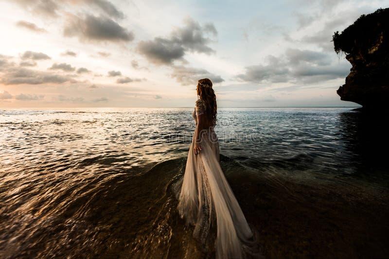 海滩的新娘在日落 免版税图库摄影