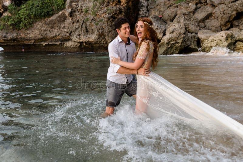 海滩的新婚佳偶 免版税库存图片