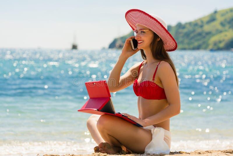 海滩的时兴的少妇 免版税库存图片