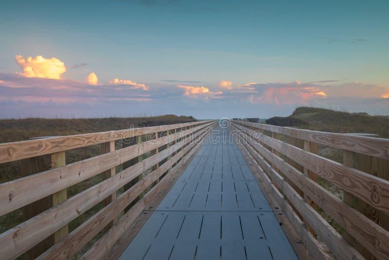 海滩的木板走道在外滩群岛NC 免版税库存照片