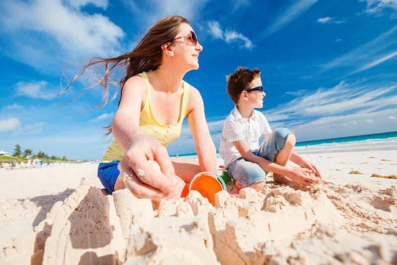 海滩的母亲和儿子 库存照片