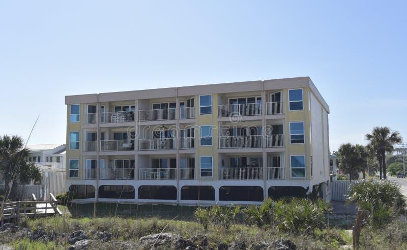 海滩的沿海地带公寓房 免版税库存图片