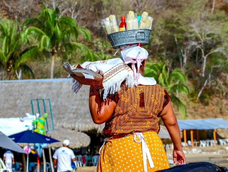 海滩的玉米卖主在Huatulco 免版税图库摄影