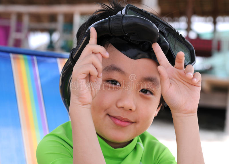 海滩的男孩与潜航的齿轮 库存照片