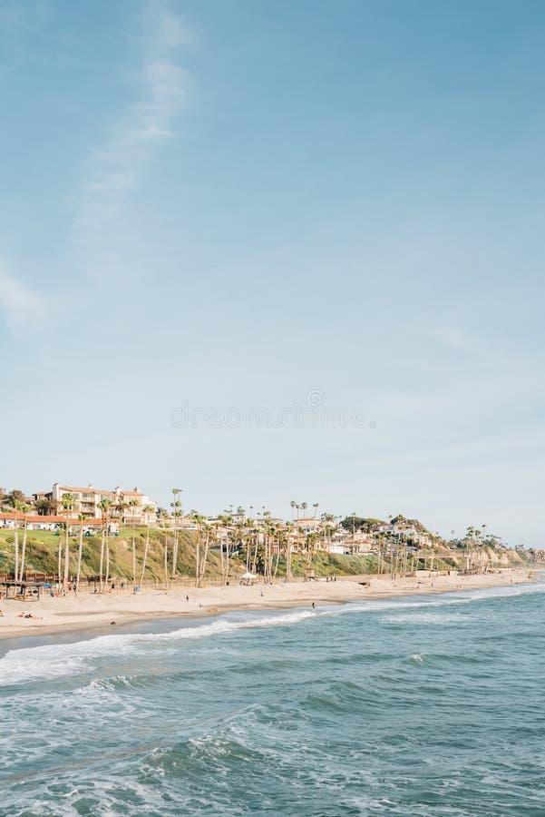 海滩的看法从码头的在圣克莱芒特,橙县,加利福尼亚 库存照片