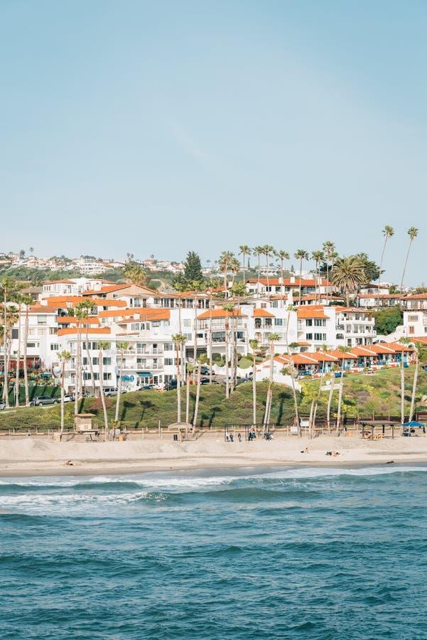 海滩的看法从码头的在圣克莱芒特,橙县,加利福尼亚 库存图片