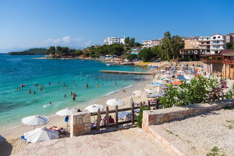 海滩的看法在Ksamil,阿尔巴尼亚 免版税库存照片