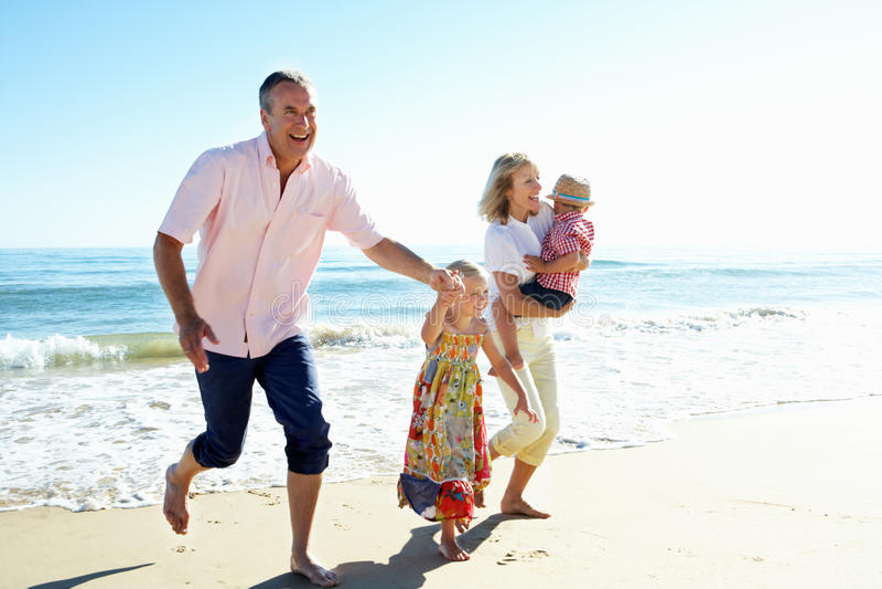 海滩的祖父项和孙 免版税库存图片