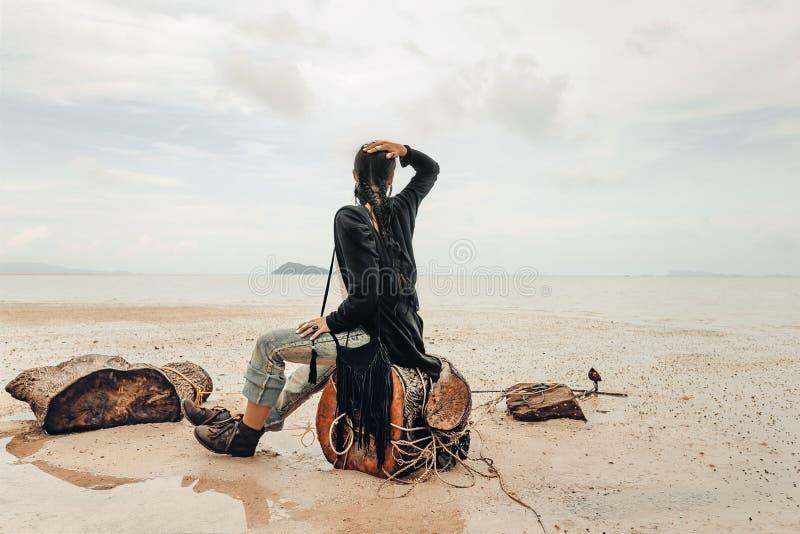 海滩的美丽的少妇在多暴风雨的天气 库存图片