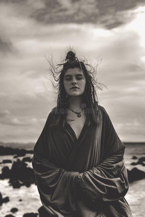 海滩的美丽的年轻时髦的妇女 图库摄影