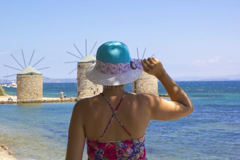 海滩的美女在希俄斯海岛 免版税库存图片