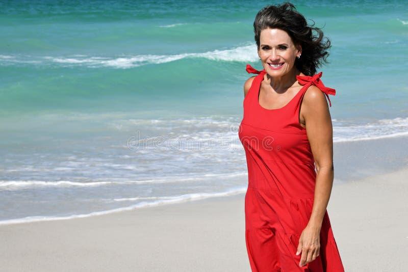 海滩的美女 免版税库存照片