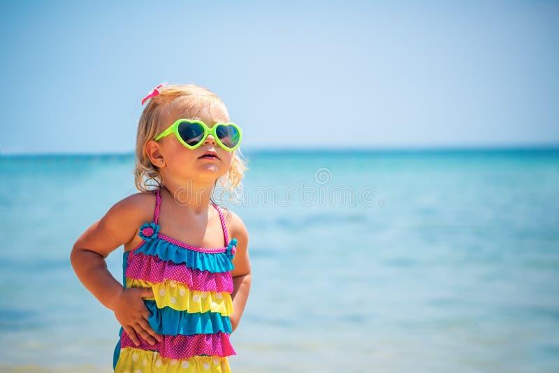 海滩的逗人喜爱的女婴 免版税库存照片