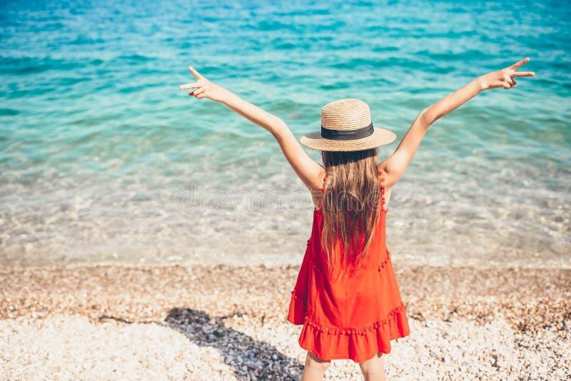 海滩的逗人喜爱的女孩在暑假时 免版税库存照片