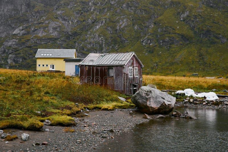 海滩的遥远的船库在罗弗敦群岛海岛上的Vinstad在挪威 图库摄影