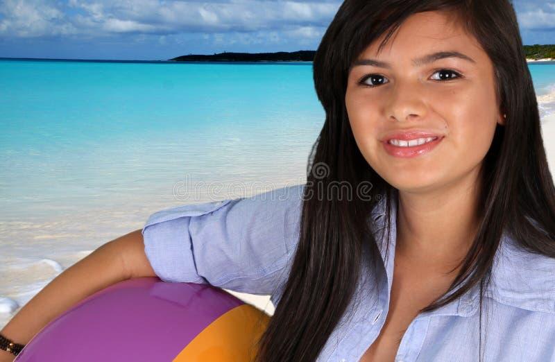 海滩的青少年的女孩 免版税库存照片