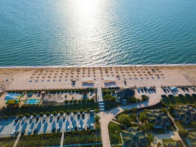 海滩的顶视图与伞的 免版税图库摄影