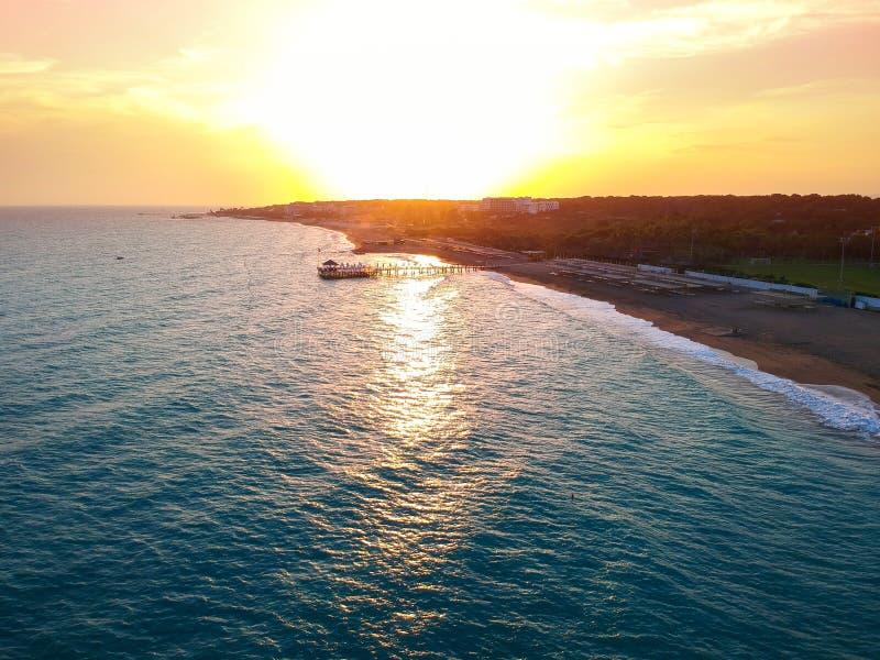 海滩的鸟瞰图在边附近的在日落 免版税图库摄影