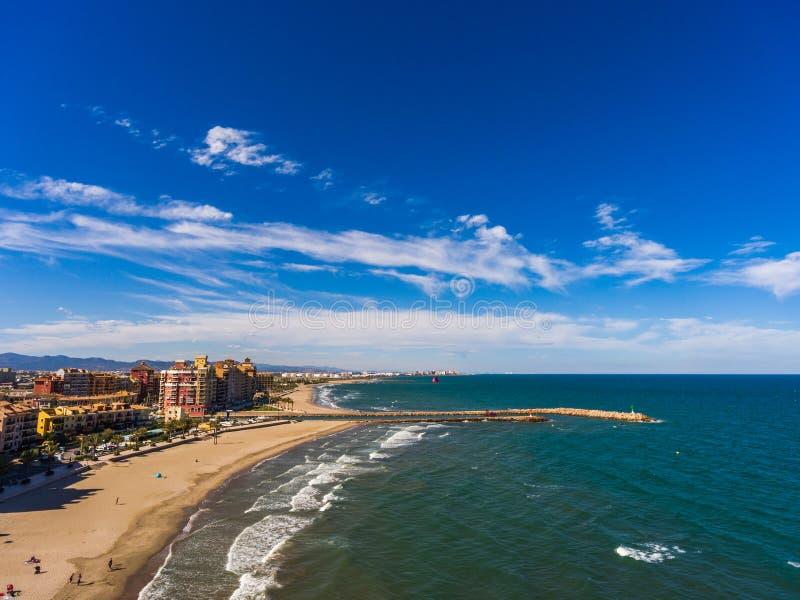 海滩的鸟瞰图近阿尔沃拉亚在市巴伦西亚 西班牙 免版税图库摄影