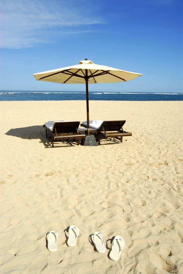 海滩睡椅凉鞋伞 库存照片