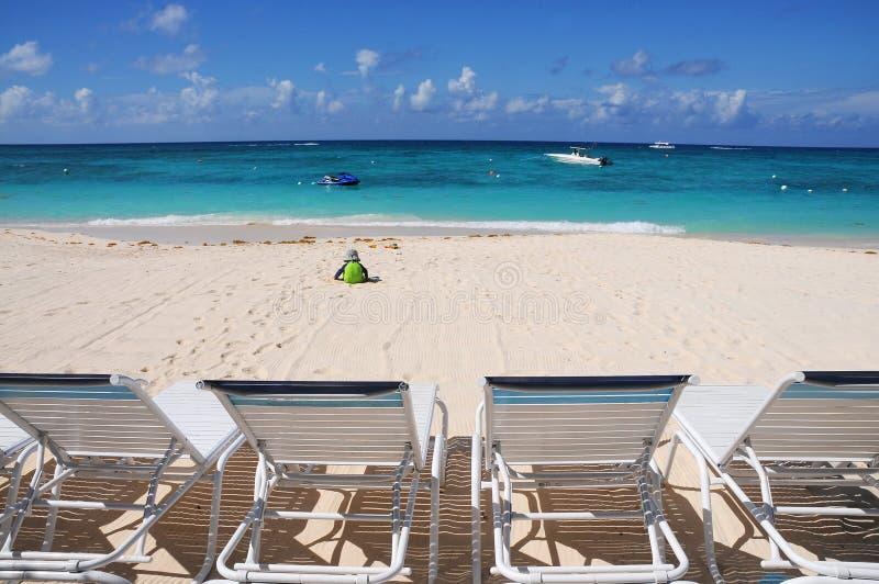 海滩睡椅前海洋 免版税库存图片