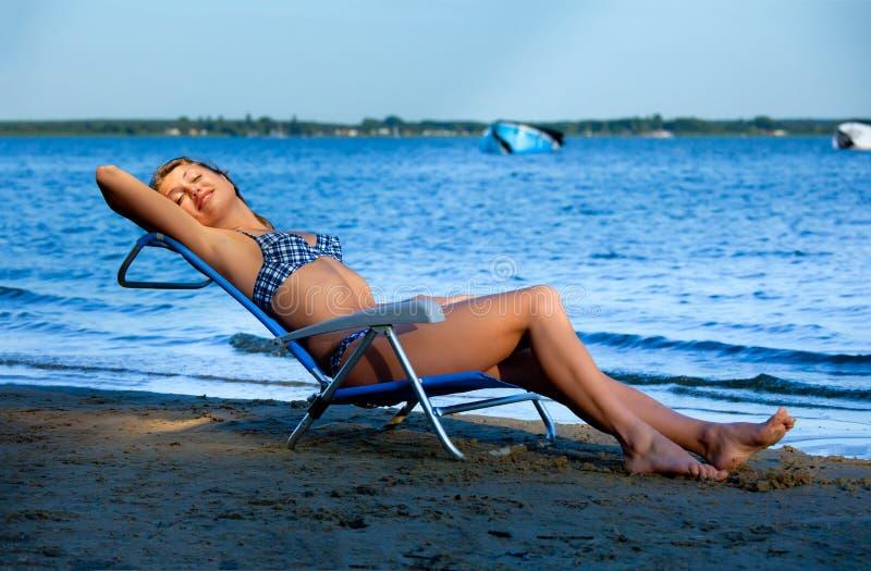 海滩睡椅女孩休息室位于 库存图片