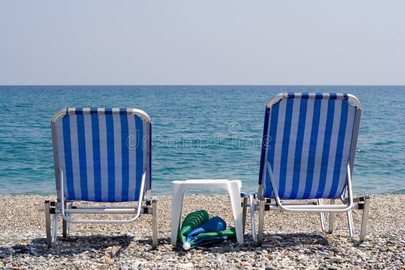 海滩睡椅海洋俯视 库存图片