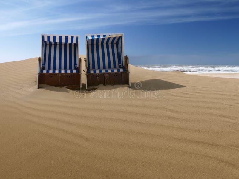 海滩睡椅离开了沙丘沙子 免版税图库摄影
