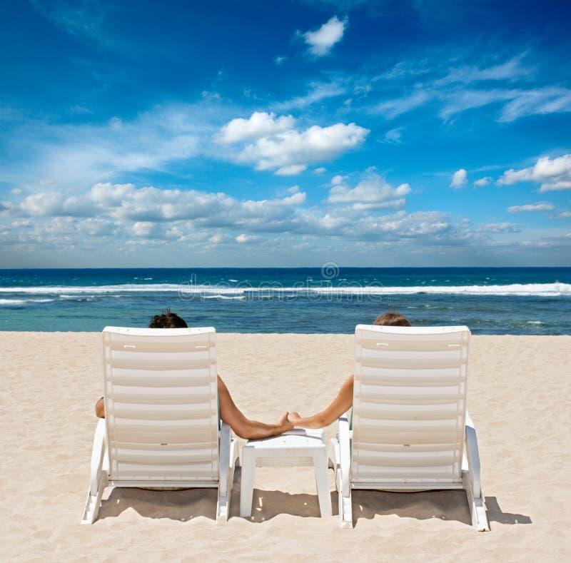 海滩睡椅耦合现有量暂挂 免版税库存图片